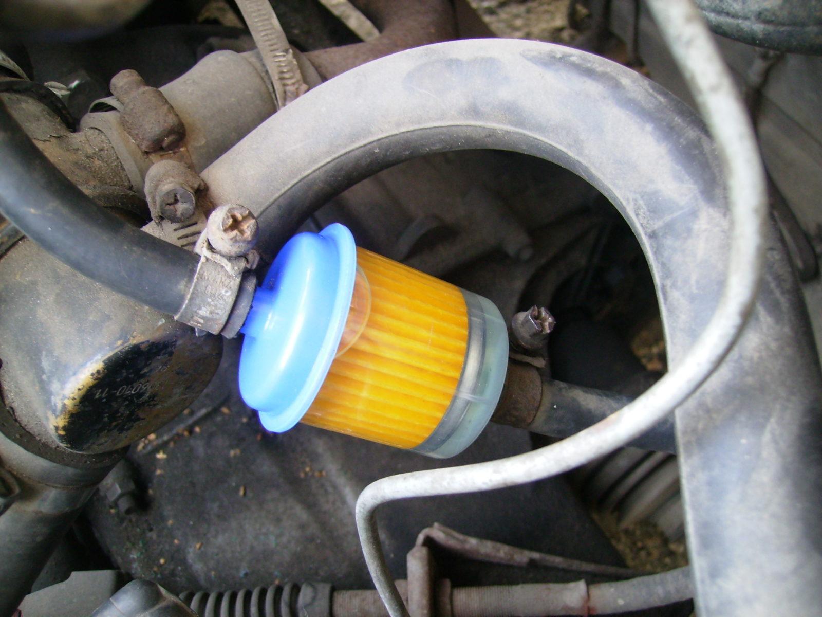 Подкачиваем бензин в топливный фильтр