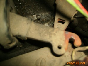 Отсоединяем тросик от лапки сцепления Ваз 2109