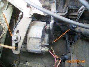 Ослабляем крепление генератора Ваз 2109